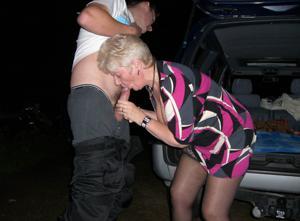 Снимки с женщинами, которые трахаются в машине и возле машины - фото #47
