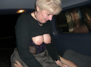 Снимки с женщинами, которые трахаются в машине и возле машины - фото #51