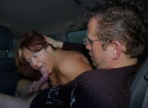 Снимки с женщинами, которые трахаются в машине и возле машины - фото #53