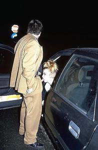 Снимки с женщинами, которые трахаются в машине и возле машины - фото #58