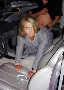 Снимки с женщинами, которые трахаются в машине и возле машины - фото #62