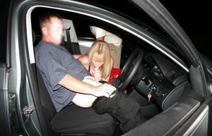 Снимки с женщинами, которые трахаются в машине и возле машины - фото #74