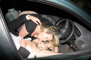 Снимки с женщинами, которые трахаются в машине и возле машины - фото #75