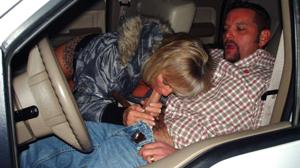 Снимки с женщинами, которые трахаются в машине и возле машины - фото #78