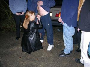 Снимки с женщинами, которые трахаются в машине и возле машины - фото #82