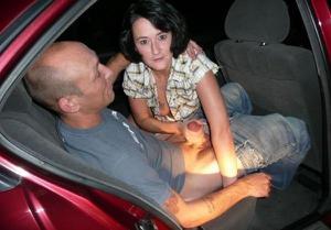 Снимки с женщинами, которые трахаются в машине и возле машины - фото #94