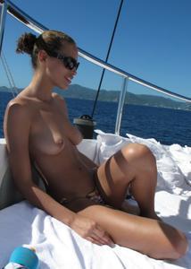 Фото с молодыми девушками, которые раздеваются на яхте - фото #14
