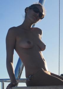 Фото с молодыми девушками, которые раздеваются на яхте - фото #16