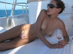 Фото с молодыми девушками, которые раздеваются на яхте - фото #2
