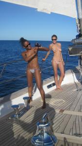 Фото с молодыми девушками, которые раздеваются на яхте - фото #22