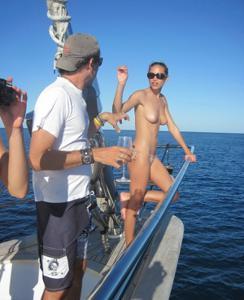 Фото с молодыми девушками, которые раздеваются на яхте - фото #23