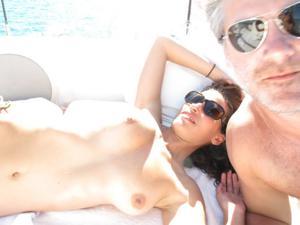 Фото с молодыми девушками, которые раздеваются на яхте - фото #24