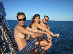Фото с молодыми девушками, которые раздеваются на яхте - фото #29
