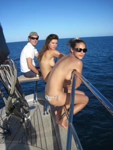 Фото с молодыми девушками, которые раздеваются на яхте - фото #31