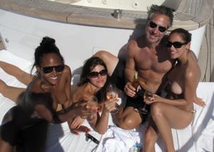 Фото с молодыми девушками, которые раздеваются на яхте - фото #40