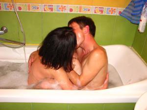 Русская брюнетка нежится в ванной с парнем и трахается в спальне - фото #2