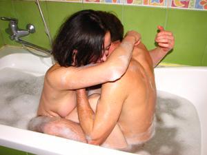 Русская брюнетка нежится в ванной с парнем и трахается в спальне - фото #4
