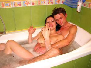 Русская брюнетка нежится в ванной с парнем и трахается в спальне - фото #6
