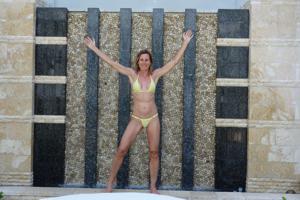 Зрелая женщина позирует в прозрачном купальнике желтого цвета - фото #10