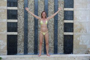 Зрелая женщина позирует в прозрачном купальнике желтого цвета - фото #12