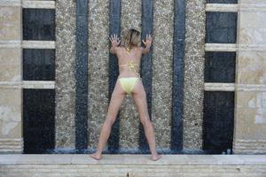 Зрелая женщина позирует в прозрачном купальнике желтого цвета - фото #13