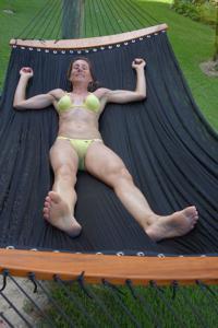 Зрелая женщина позирует в прозрачном купальнике желтого цвета - фото #24