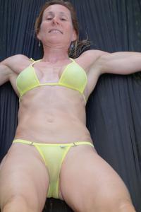 Зрелая женщина позирует в прозрачном купальнике желтого цвета - фото #25