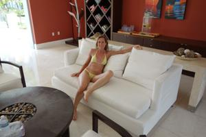 Зрелая женщина позирует в прозрачном купальнике желтого цвета - фото #4