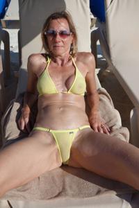Зрелая женщина позирует в прозрачном купальнике желтого цвета - фото #58