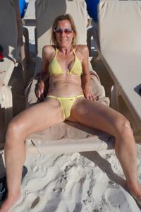 Зрелая женщина позирует в прозрачном купальнике желтого цвета - фото #59