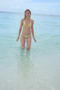 Зрелая женщина позирует в прозрачном купальнике желтого цвета - фото #63