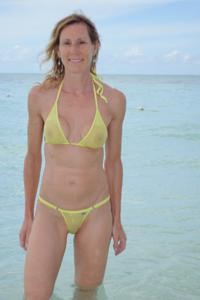 Зрелая женщина позирует в прозрачном купальнике желтого цвета - фото #65