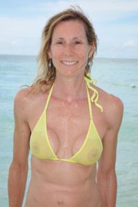 Зрелая женщина позирует в прозрачном купальнике желтого цвета - фото #66