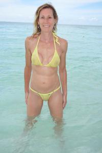 Зрелая женщина позирует в прозрачном купальнике желтого цвета - фото #69