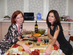 Рыженькая девушка и брюнетка занимаются лесбийским сексом - фото #78