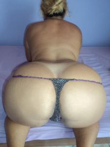 Бразильянки встают раком и показывают большие задницы