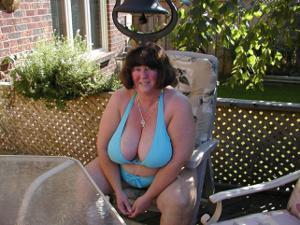 Зрелая толстуха показывает огромные сиськи на снимках - фото #12
