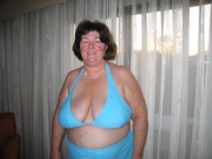 Зрелая толстуха показывает огромные сиськи на снимках - фото #13
