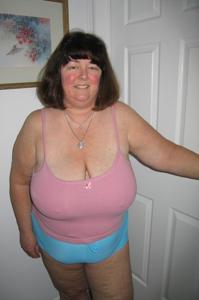 Зрелая толстуха показывает огромные сиськи на снимках - фото #14