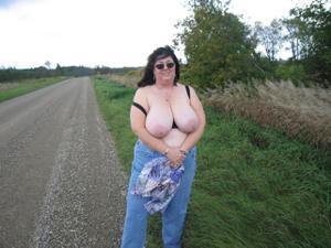 Зрелая толстуха показывает огромные сиськи на снимках - фото #15