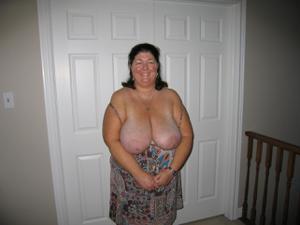 Зрелая толстуха показывает огромные сиськи на снимках - фото #17