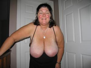 Зрелая толстуха показывает огромные сиськи на снимках - фото #18