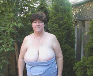 Зрелая толстуха показывает огромные сиськи на снимках - фото #19