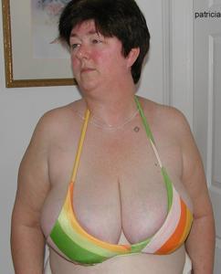 Зрелая толстуха показывает огромные сиськи на снимках - фото #2