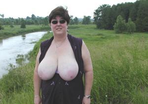 Зрелая толстуха показывает огромные сиськи на снимках - фото #20