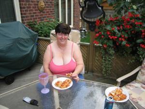 Зрелая толстуха показывает огромные сиськи на снимках - фото #4