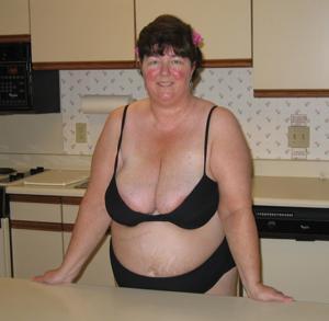Зрелая толстуха показывает огромные сиськи на снимках - фото #6
