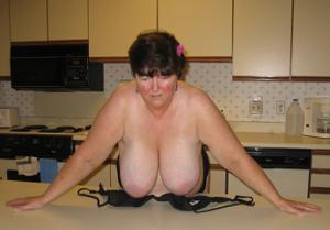 Зрелая толстуха показывает огромные сиськи на снимках - фото #7