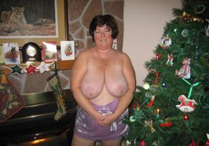 Зрелая толстуха показывает огромные сиськи на снимках - фото #9