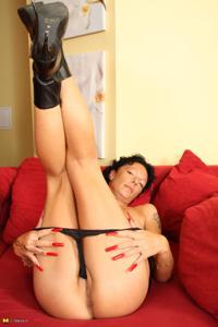 Зрелая брюнетка с изящной фигурой толкает пальчики в тугую вагину - фото #28